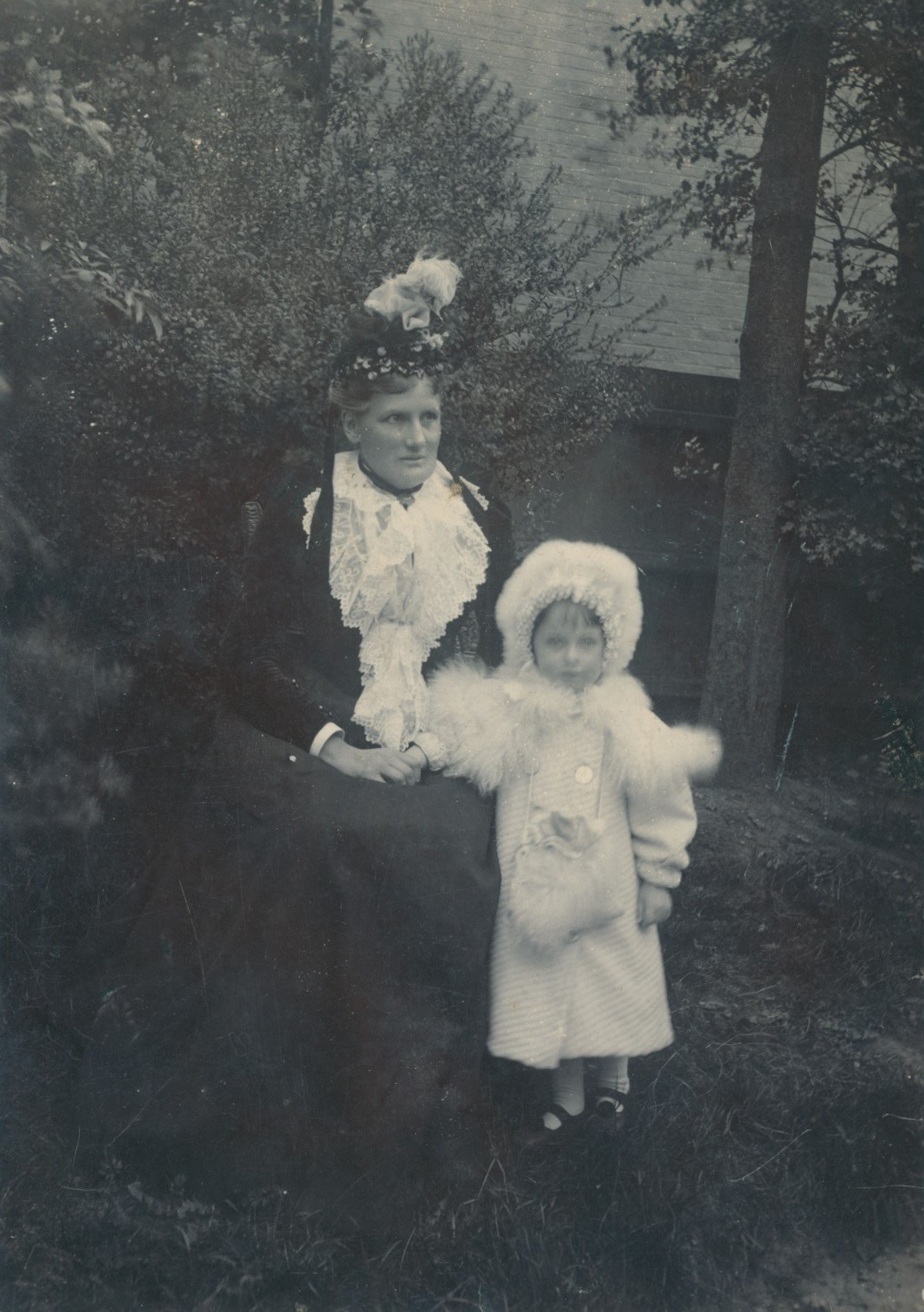 Annie, sister-in-law of Fanny Catherine Draper (1866-1944), with Fanny's daughter Victoria 'Kathleen' Smith (1897-1978)